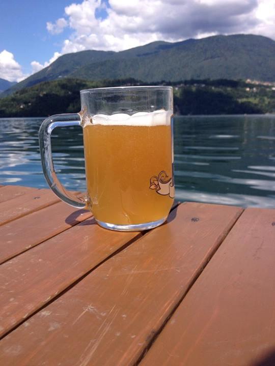 birra sfondo lago